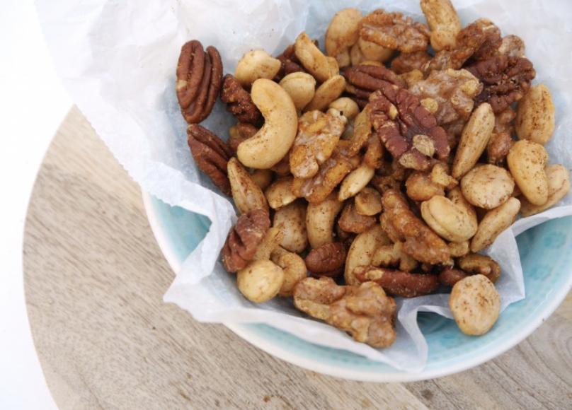 Geroosterde ongezouten noten met kruiden